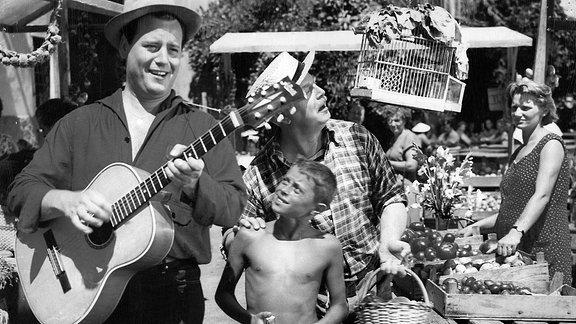 Beliebt bei groß und klein: Um zu Geld zu kommen, versuchen sich der Reporter Fred (Fred Bertelmann, li.) und der Unternehmer Vogelsang als musizierende Vagabunden