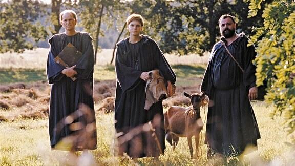 Die drei Cantorianer-Mönche Benno (Michael Gwisdek, links), Tassilo (Matthias Brenner, rechts) und Arbo (Daniel Brühl) machen sich zu Fuß auf den Weg nach Italien.