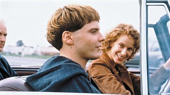 Die Fotografin Chiara (Chiara Schoras) löst in Arbo (Daniel Brühl), der im Kloster aufgewachsen ist, Frühlingsgefühle aus.