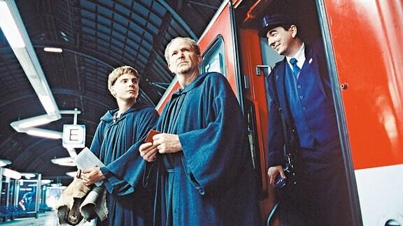 Für die Mönche Benno (Michael Gwisdek, Mitte) und Arbo (Daniel Brühl, links) ist Zugfahren etwas Neues.
