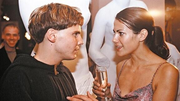 Mit Arbo (Daniel Brühl) hat Beate (Bettina Zimmermann) leichtes Spiel, denn in seinem bisherigen Leben gab es weder Partys noch Alkohol.