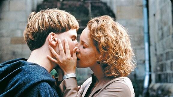 Arbo (Daniel Brühl) und Chiara (Chiara Schoras) haben sich ineinander verliebt.