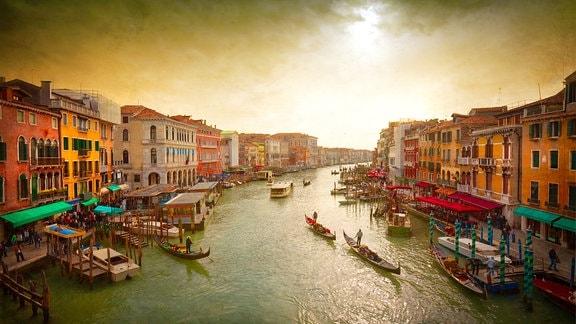 Boote und Gondeln auf dem Canal Grande von Venedig.