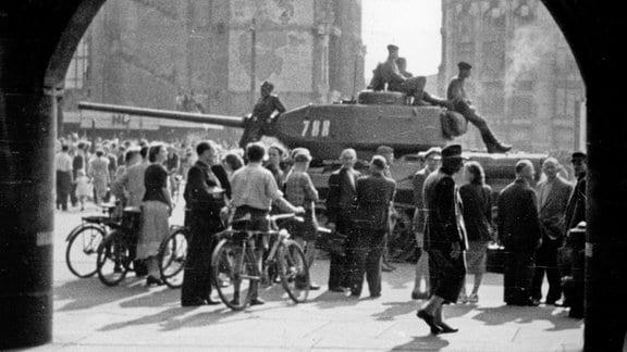 Sowjetische Panzer am 17.6.1953 auf dem Marktplatz in Leipzig