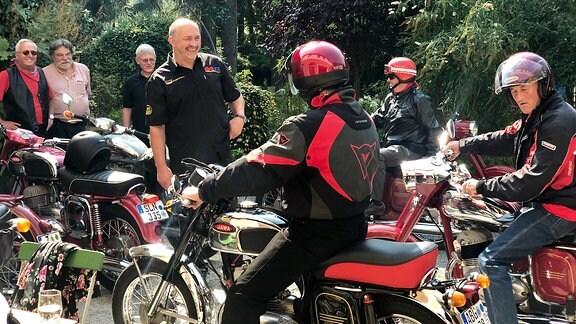 Oldtimer-Motorräder der Marke Jawa bei der Ausfahrt