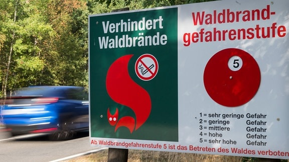 Ein Schild weist die Waldbrandgefahrenstufe 5 aus.