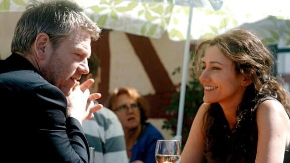 Über eine Internet-Kontaktanzeige hat Wallander (Kenneth Branagh) die attraktive Singlefrau Ella Lindfeldt (Orla Brady) kennen gelernt.