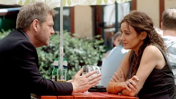 Beim ersten Date mit der attraktiven Singlefrau Ella Lindfeldt (Orla Brady) ist Wallander (Kenneth Branagh) zu spät gekommen, doch diesmal scheint es zu klappen.