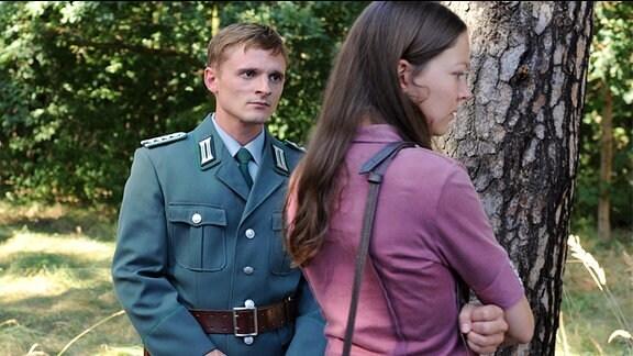 Julia gesteht Martin, warum sie sich gegen eine Flucht in den Westen entschieden hat.