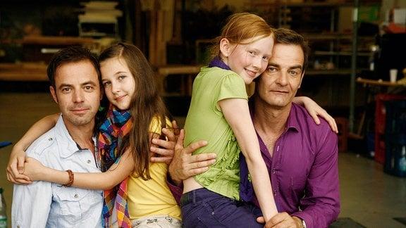 Die Schauspieler Jette (Cleo Budde), Dr. Hasenkötter, ihr Vater (Felix Eitner) sowie Dr. Mittenzwey (Heinrich Schafmeister) mit seiner Tochter Konny (Gina Stiebitz) bei Dreharbeiten.