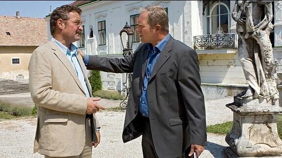 Mit Thomas (Harald Krassnitzer, r.) Hilfe entdeckt Jakob Ressler (Ferry Öllinger, l.), der vorübergehend das Bürgermeisteramt des erkrankten Georg Plattner übernommen hat, Ungereimtheiten im Kaufvertrag von Schloss Bergham.