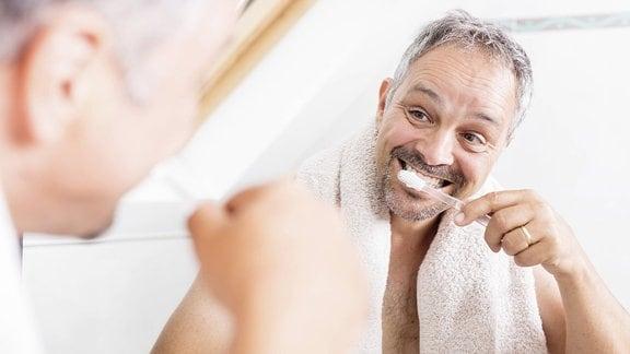 Ein Mann putzt Zähne