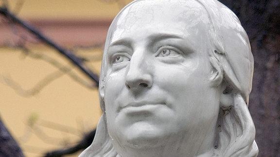 Statue von Nikolaus Ludwig Graf von Zinzendorf, dem Förderer der Herrnhuter Brüdergemeinde.