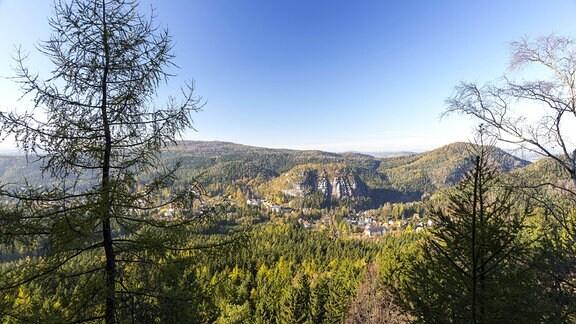 Blick über die Felsengasse auf Kurort und Berg Oybin, Zittauer Gebirge