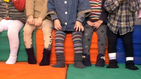 Bunte Strümpfe einer Kindergartengruppe