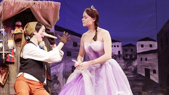 Schauspielerin Barbara Felsenstein als Pinocchio und Pia Klausch als Fee.