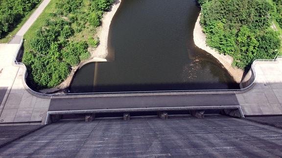 Wenn man von der Staumauer auf den Fluss herabblickt, kann einem schon mal schwindelig werden.