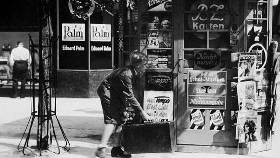 Emil (Rolf Wenkhaus) beobachtet den Mann, der seine 140 Mark gestohlen hat, aus sicherer Entfernung.
