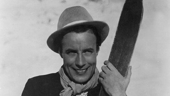 Enrico Villanova (Johannes Heesters) kann besser singen als Skifahren.