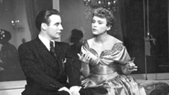 Operettentenor Enrico Villanova (Johannes Heesters) will sein Casanova-Leben aufgeben und seine Sekretärin Hanni Weber (Luise Ullrich) ehelichen.