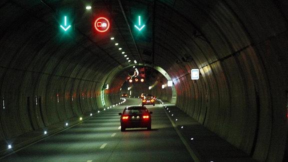 Verkehrstechnik im Tunnel Berg Bock auf der Autobahn A71.
