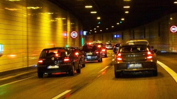 Fahrt durch den Tunnel der A40.