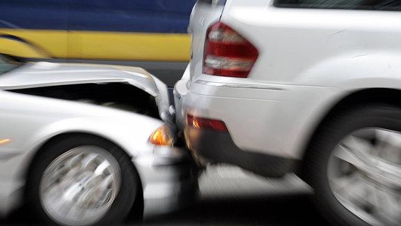 Ein Pkw fährt auf einen SUV auf.