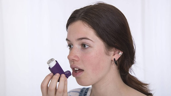 Eine Frau mit einem Atenspray