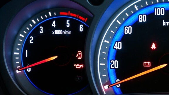 Ein Warnsymbol in Gestalt eines roten Ölkännchens leuchtet in einem Autodisplay auf.