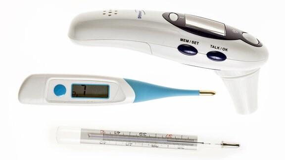 Ein Ohrenfieberthermometer, ein digitales Kontaktthermometer und ein altes Quecksilberthermometer