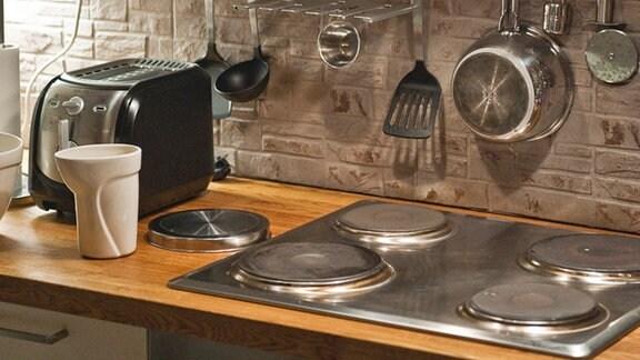 Ein Küchenherd mit Dunstabzugshaube