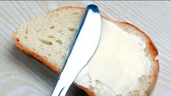 Margarine auf einer Scheibe Weißbrot