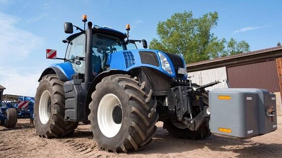 Blauer Traktor auf dem Bauernhof Salzwedel Seebenau in Sachsen-Anhalt.