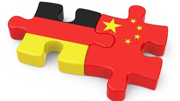 Zwei Puzzleteile mit den Flaggen Chinas und Deutschlands greifen ineinander.