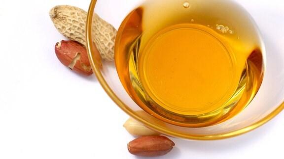Eine Schale mit Erdnussöl