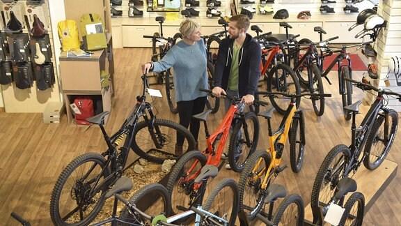 Kundin und Verkäufer in Fahrradladen