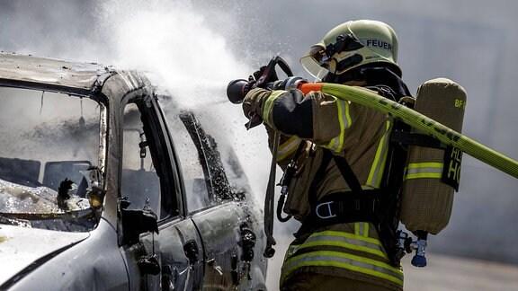 Ein Fahrzeugbrand wird 2017 von Feuerwehrleuten der Grazer Berufsfeuerwehr während einer Übung gelöscht.
