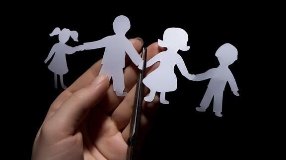 Eine Papierkette zeigt eine Familie.