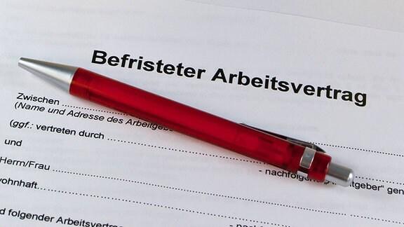 """Ein Formularvertrag mit der Überschrift """"Befristeter Arbeitsvertrag""""."""