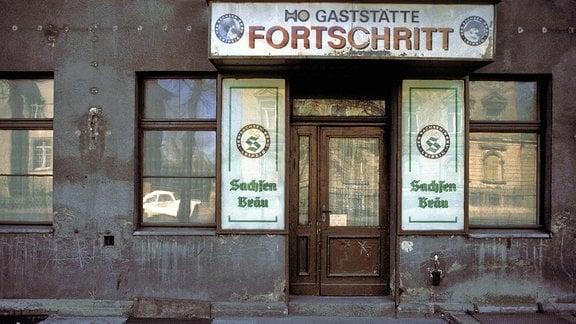 Außenansicht der Verfallene HO Gaststätte Fortschritt, 1990