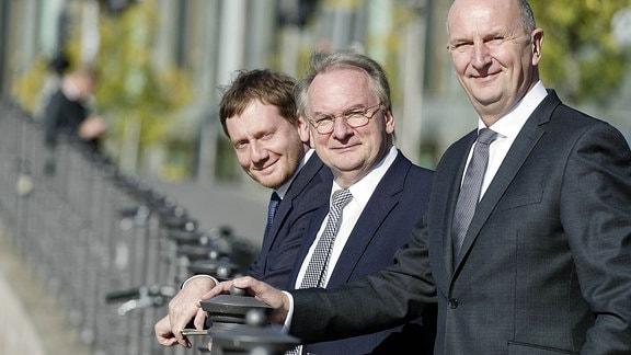 Die Ministerpräsidenten der Bundesländer Brandenburg, Sachsen-Anhalt und Sachsen: Dietmar Woidke, Reiner Haseloff, Michael Kretschmer.