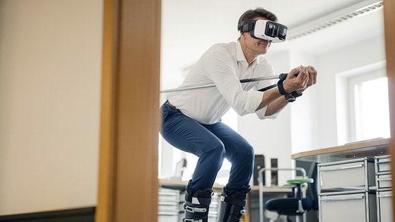 Mann auf Skiern mit VR-Brille