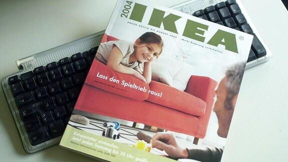 Ikea-Katalog auf einer Tastatur.
