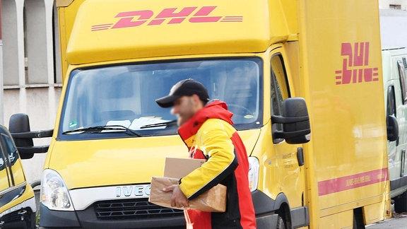 DHL-Paketzustellung in der Vorweihnachtszeit in Freiburg.
