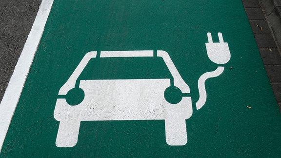 Freie Stellfläche an Ladestation für Elektrofahrzeuge mit einem Pictogramm, das ein Auto mit einem Stecker stilisiert.