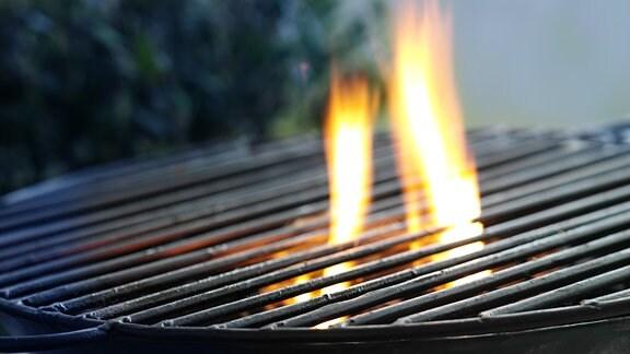 Grill aus dem Flammen schlagen.