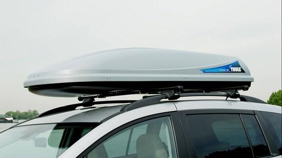 Dachgepäckträger auf einem PKW-Dach