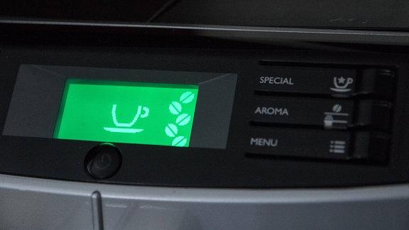Display zeigt Kaffeetasse und Kaffeebohnen