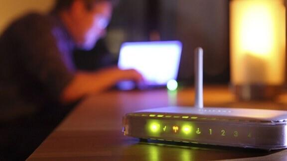 Computer-Nutzer 2012 in einer Wohnung, Internetverbindung über W-Lan-Router