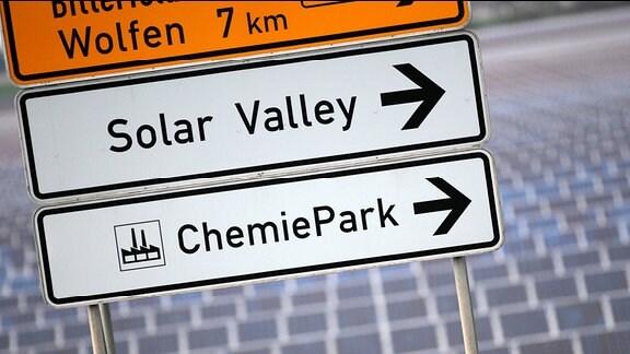Ein Schild weist an einer Straße vor einem Solarpark zum «Solar Valley» in Bitterfeld-Wolfen